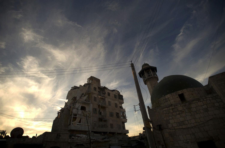 Поврежденные здания в северном городе Сирии Алеппо, фото