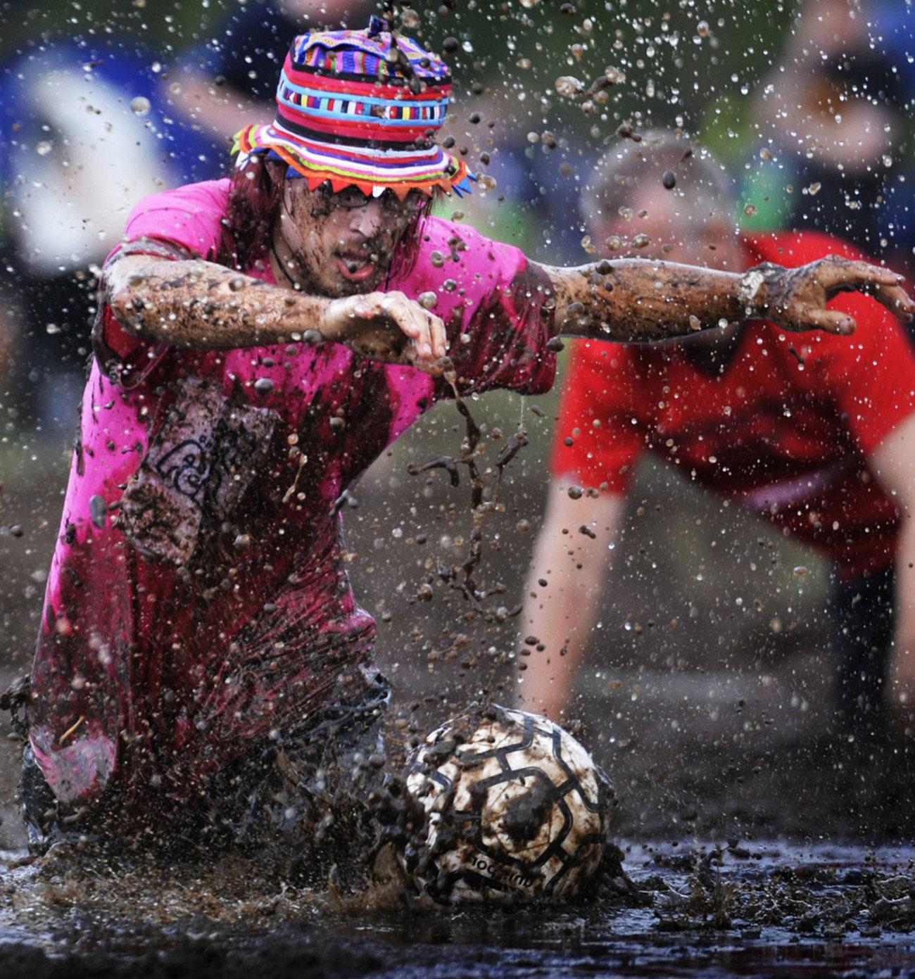 борьба за мяч в грязи, фото
