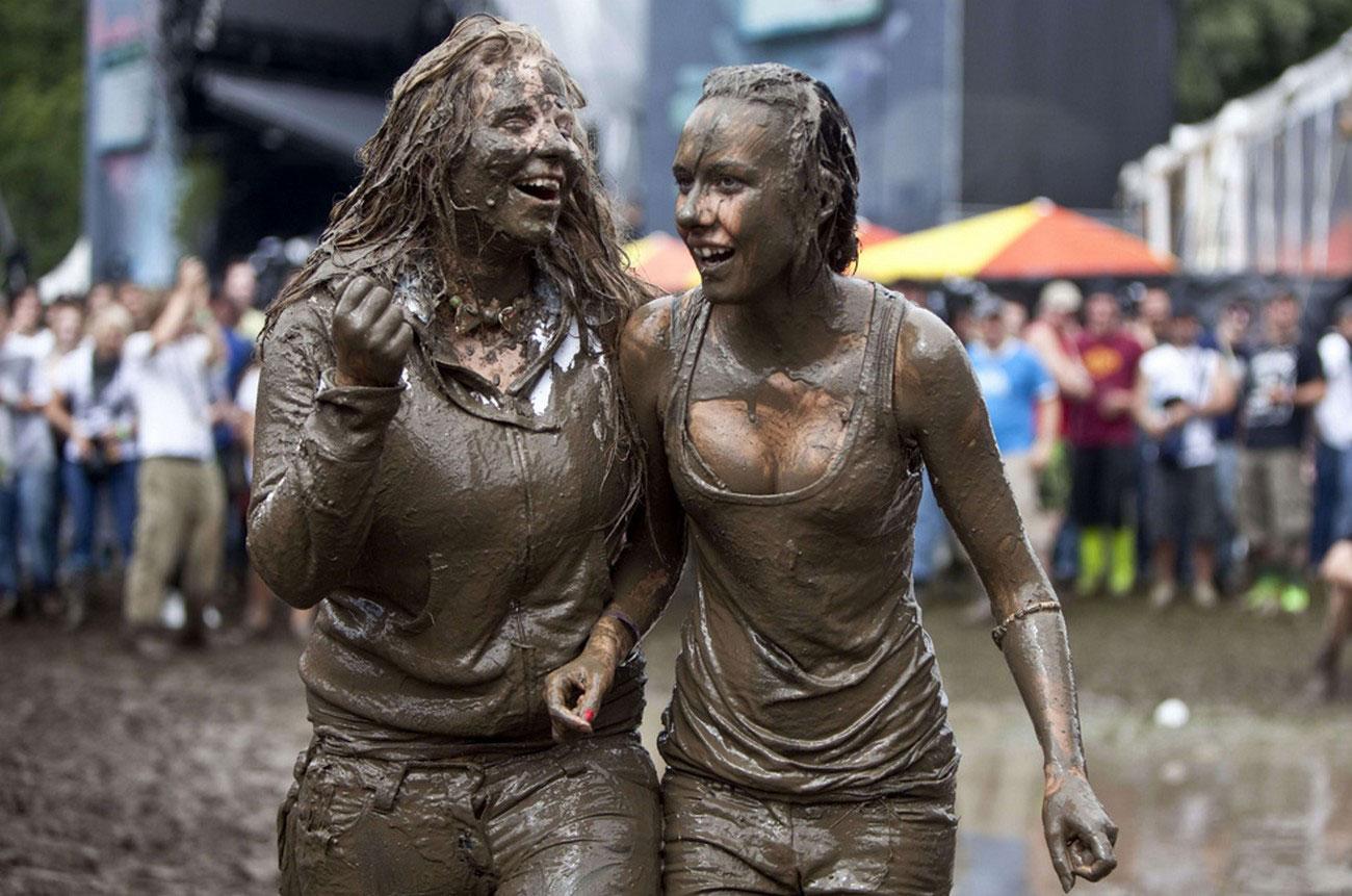 Девушки, с головы до ног покрытые грязью