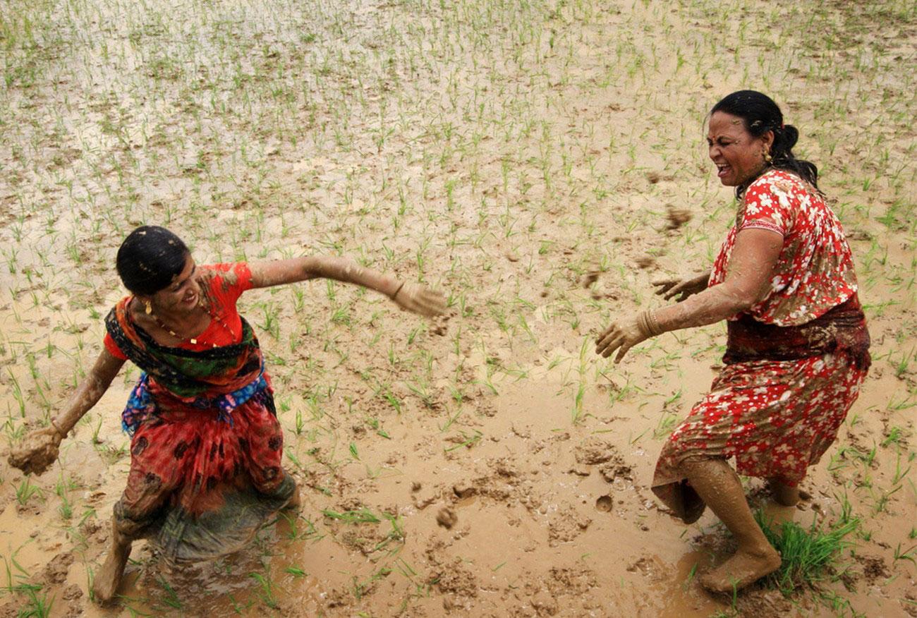 крестьянки кидаются друг в друга грязью