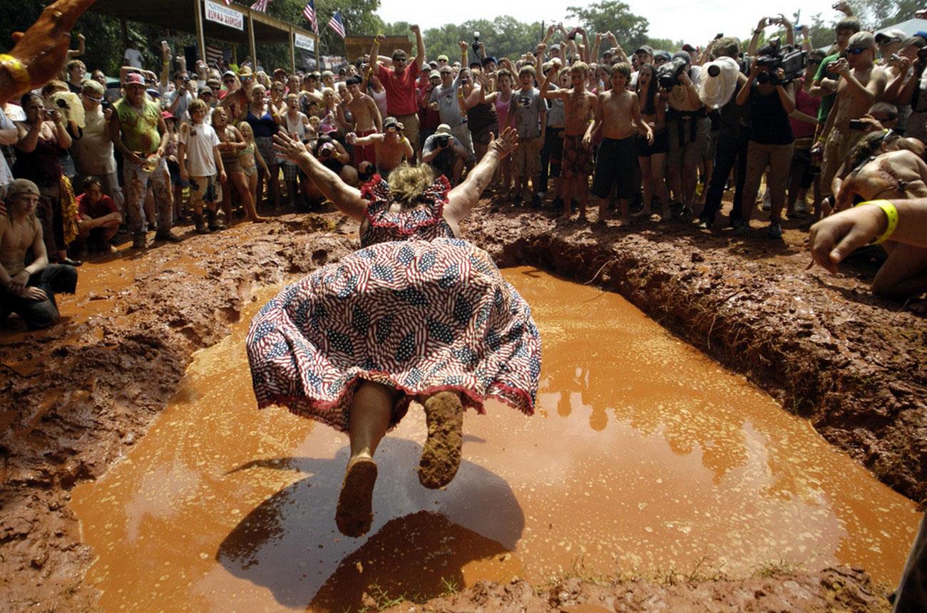 падение в грязь женщины, фото