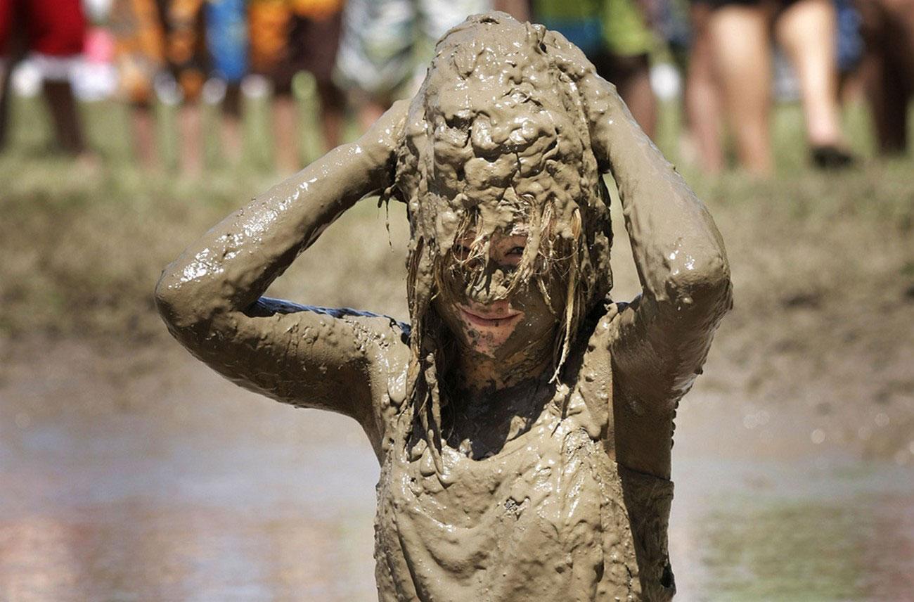 игры в огромном грязевом озере, фото