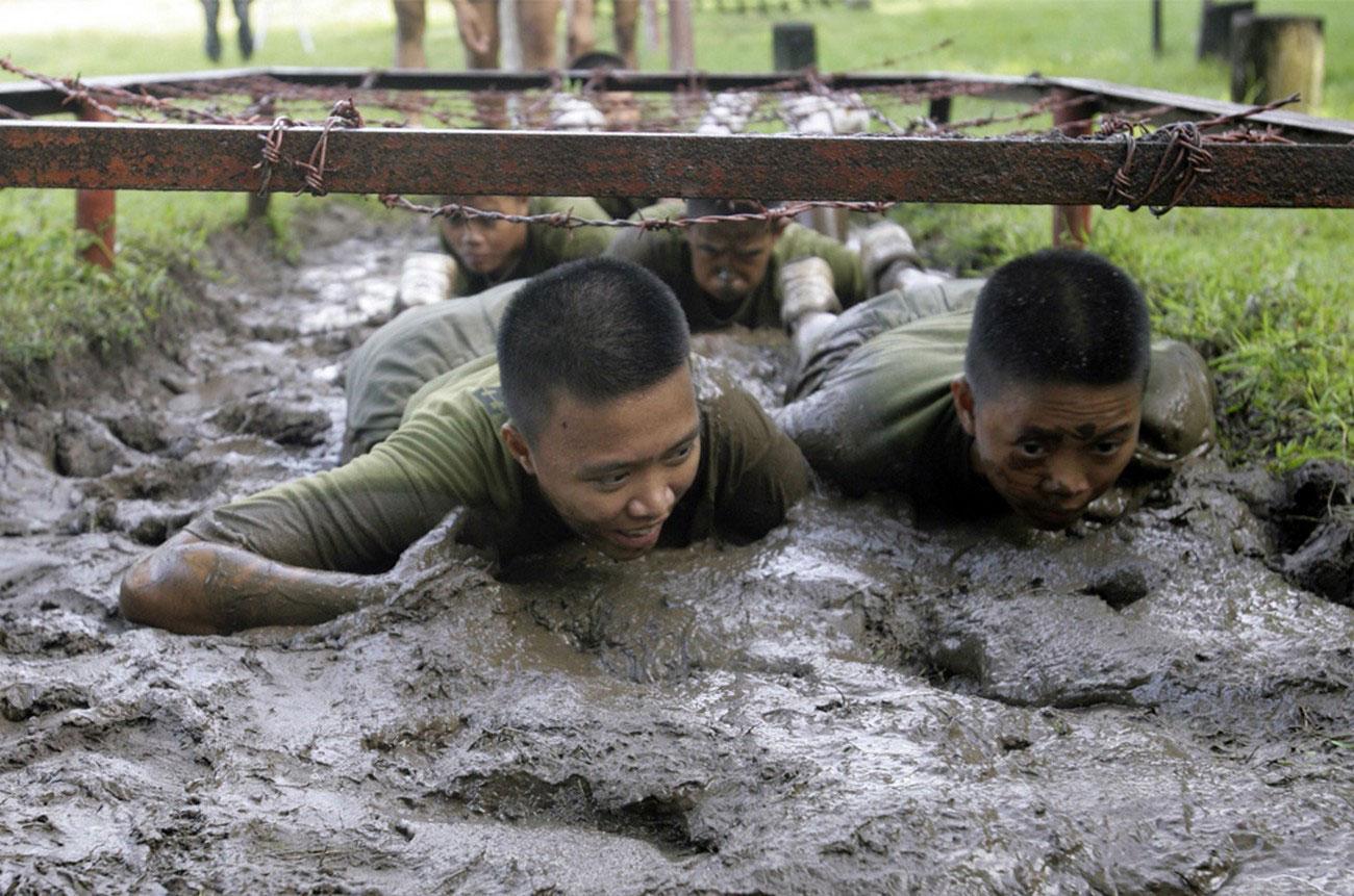 военнослужащие ползут по грязи, фото
