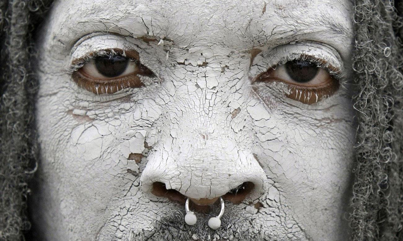 засохшая грязь на лице, фото