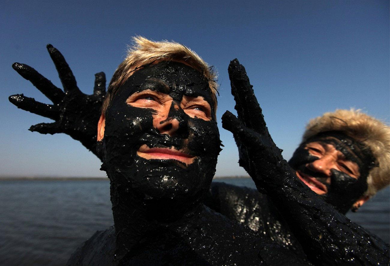 люди мажутся лечебной грязью, фото