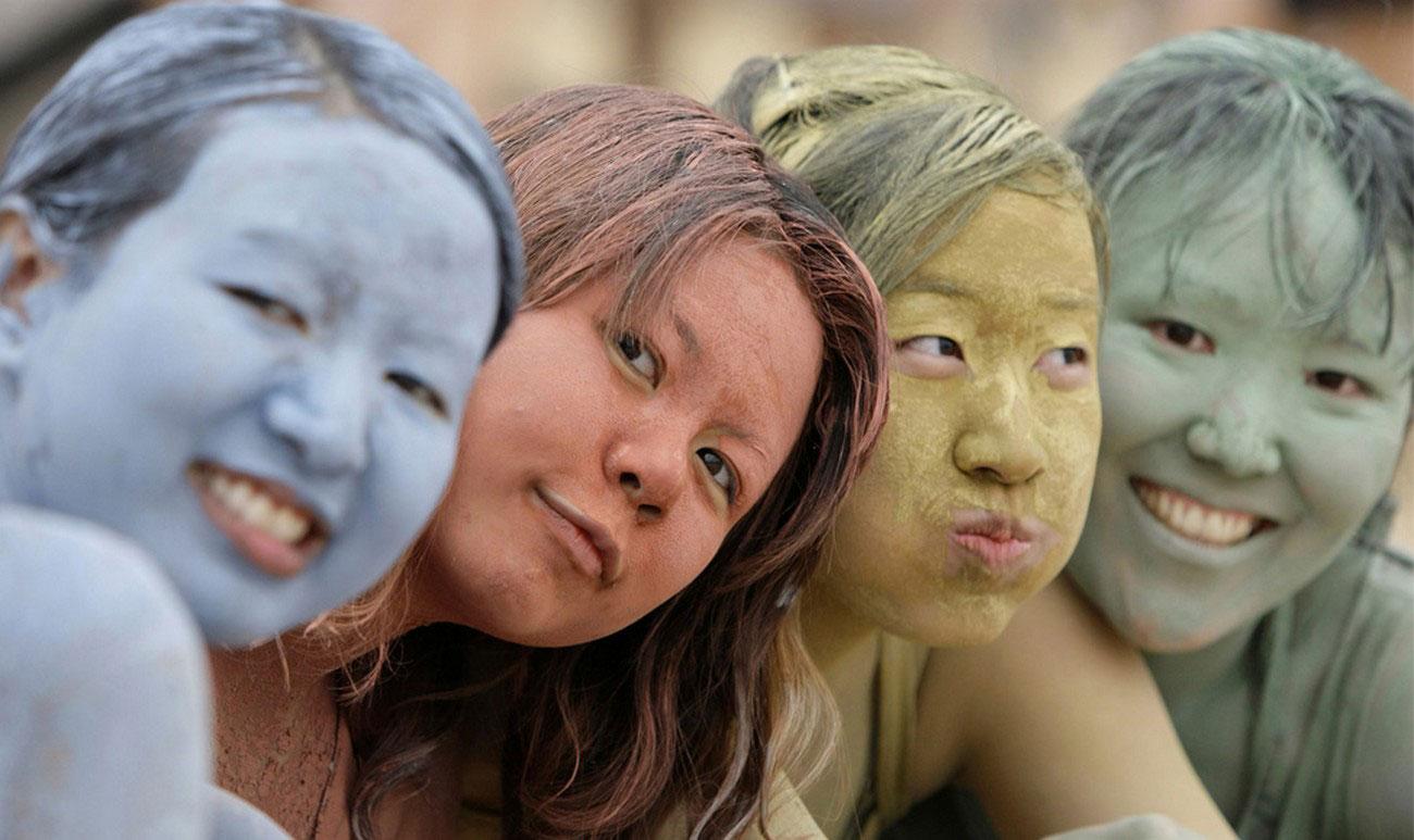девушки намазались цветной глиной, фото