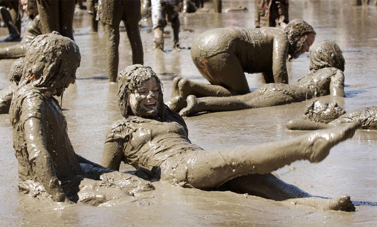 игры детей в грязевом озере, фото