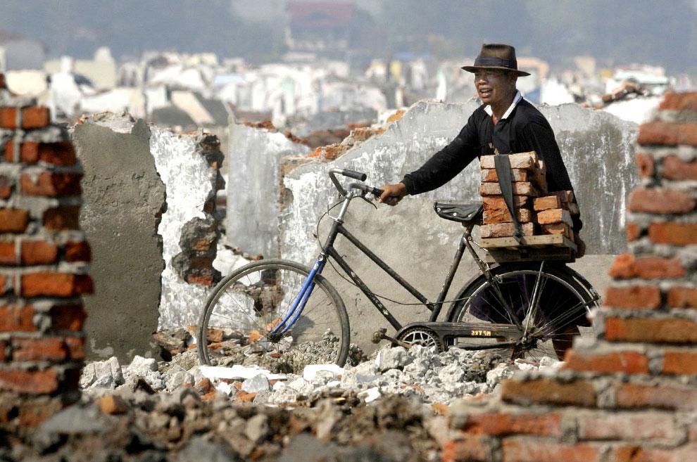 Сельский житель собирает кирпичи
