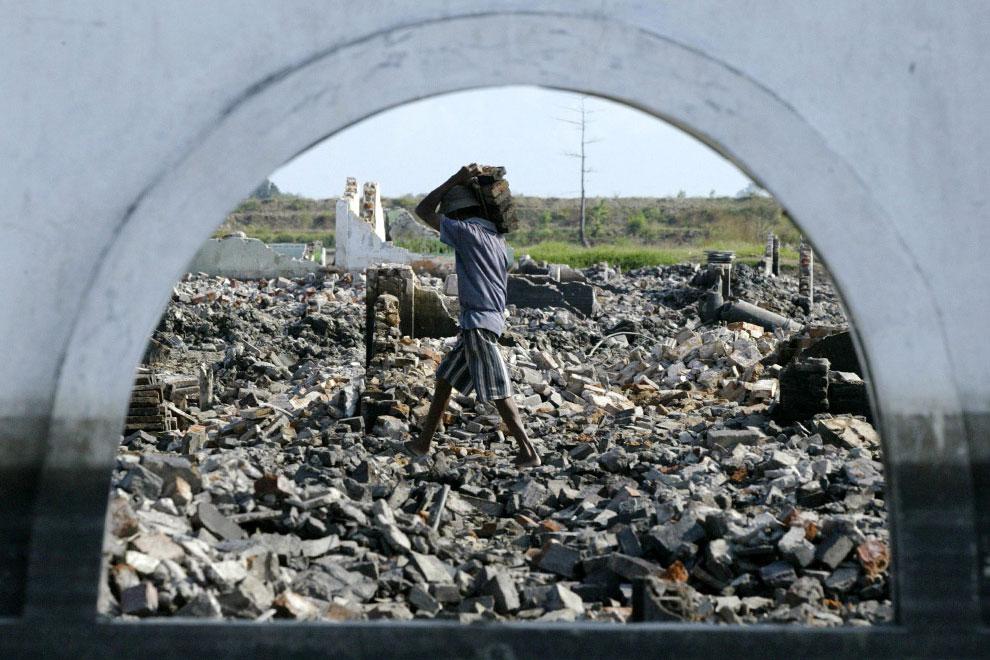 жители деревни на руинах
