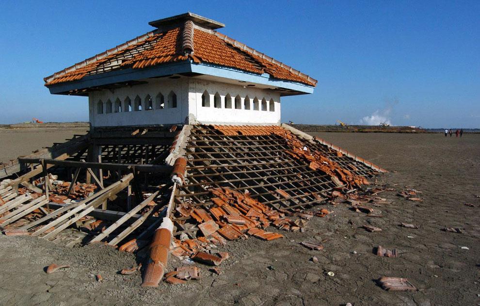 разрушенные дома в деревне