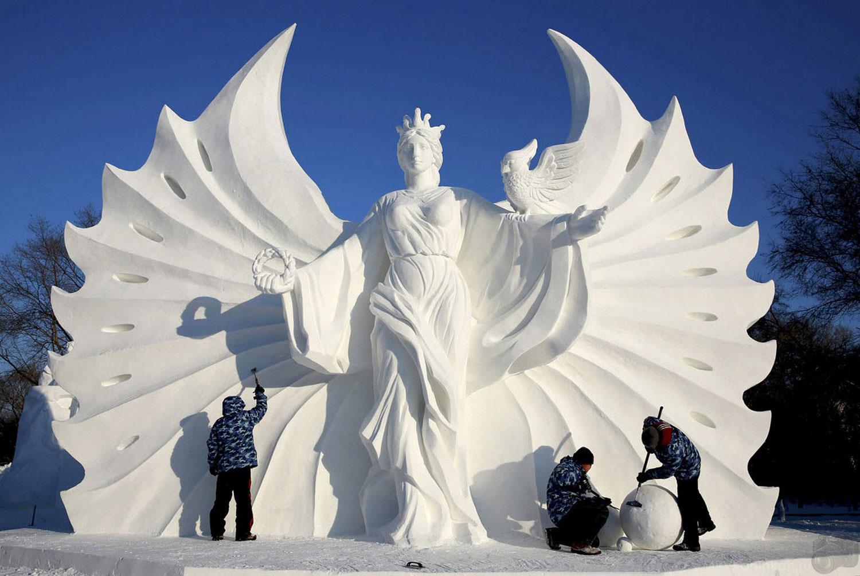 Поляки работают над снежной скульптурой
