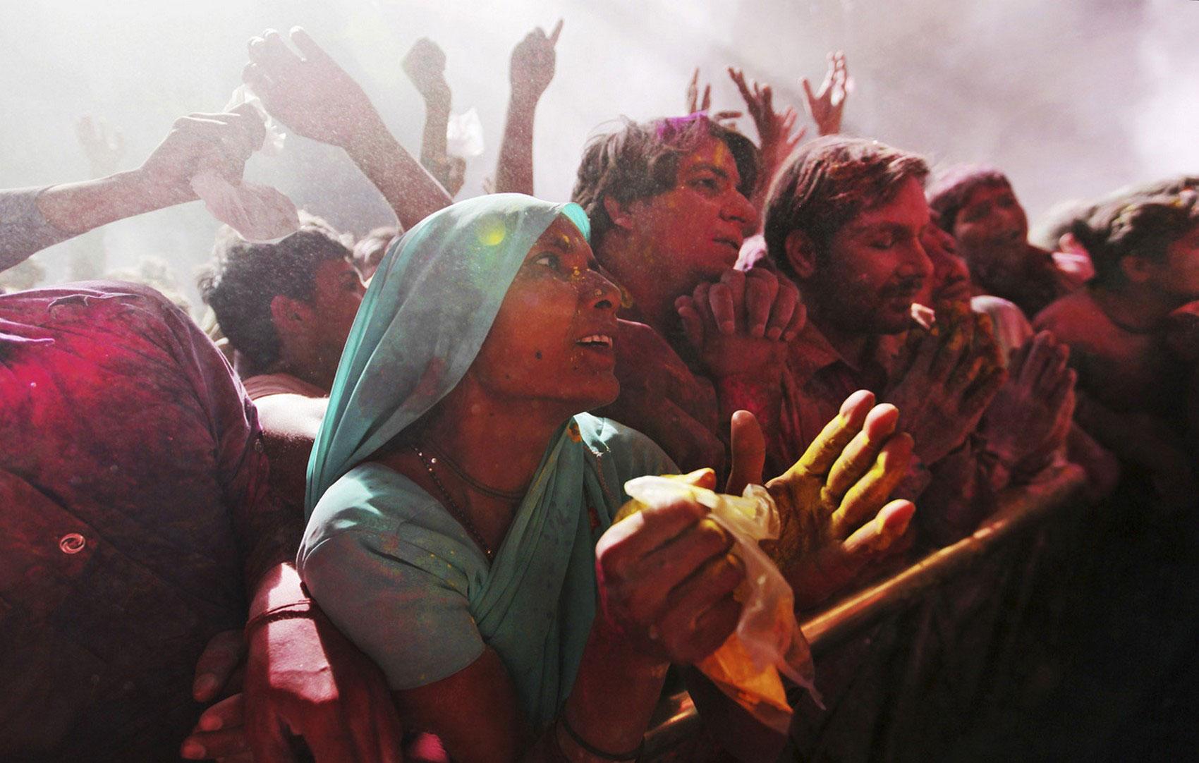 индусы в праздничном порошке