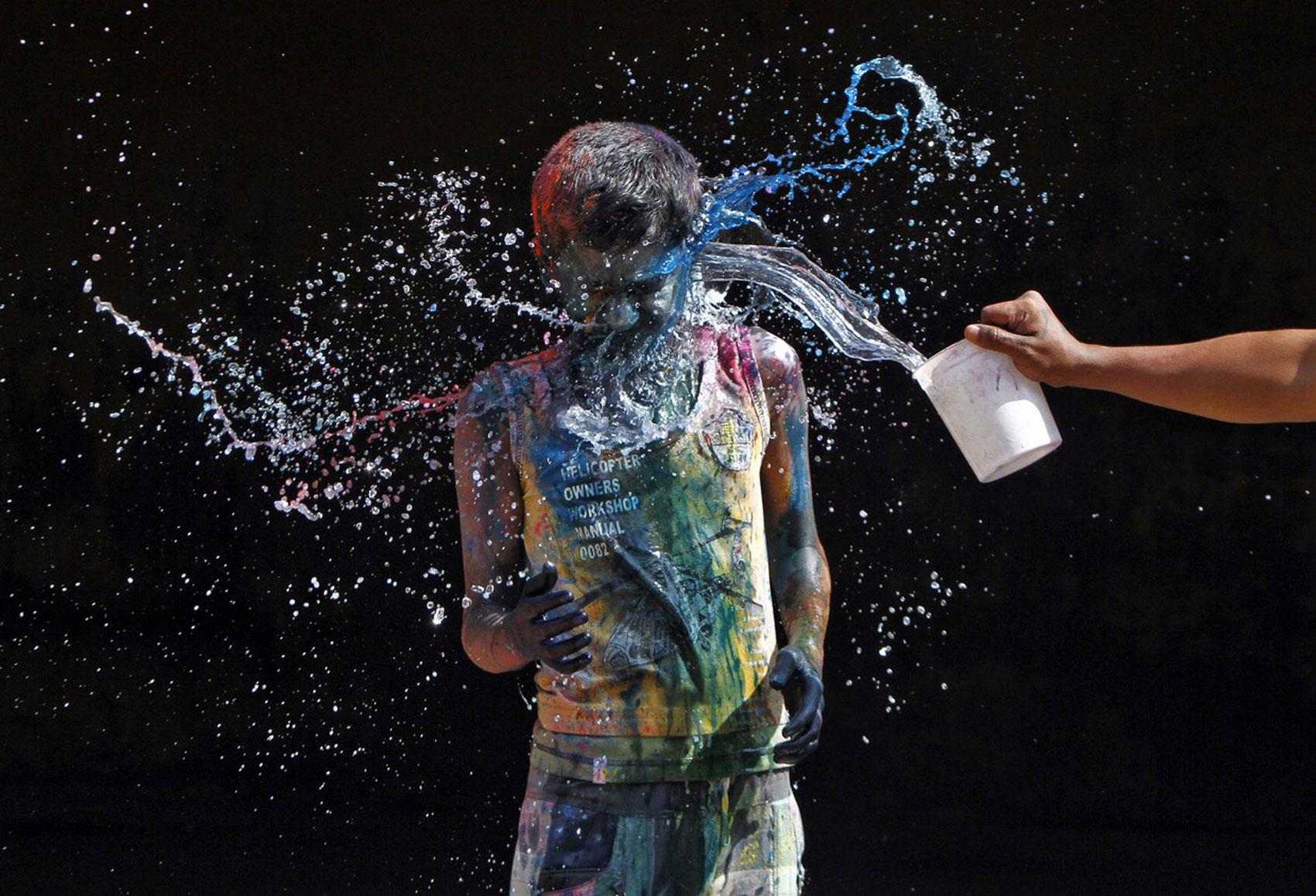 Подростки обливаются водой, фото Холи