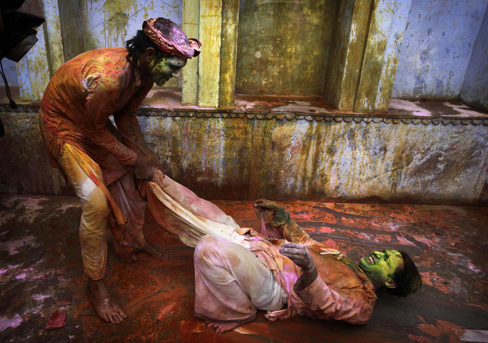 Празднующие на улицах Нандаграма