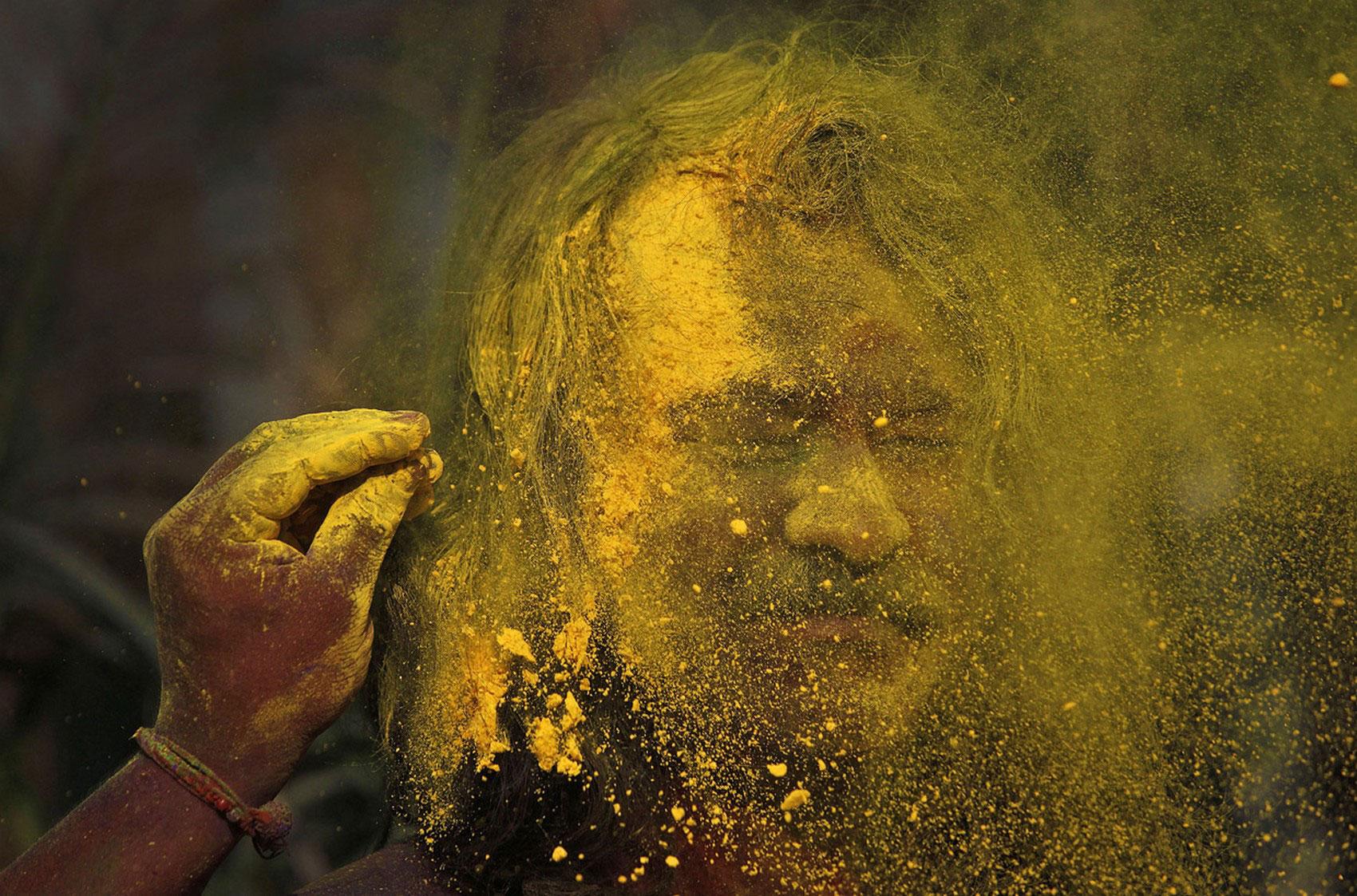 желтый порошок на празднике в Индии