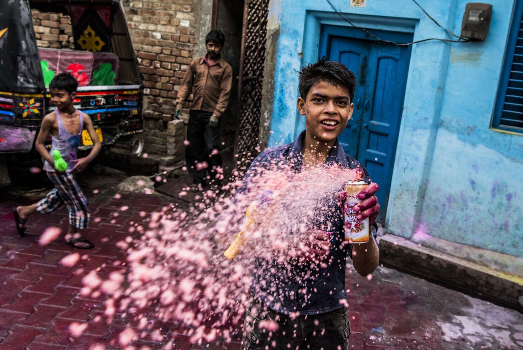 Индусы разбрызгивают цветные напитки