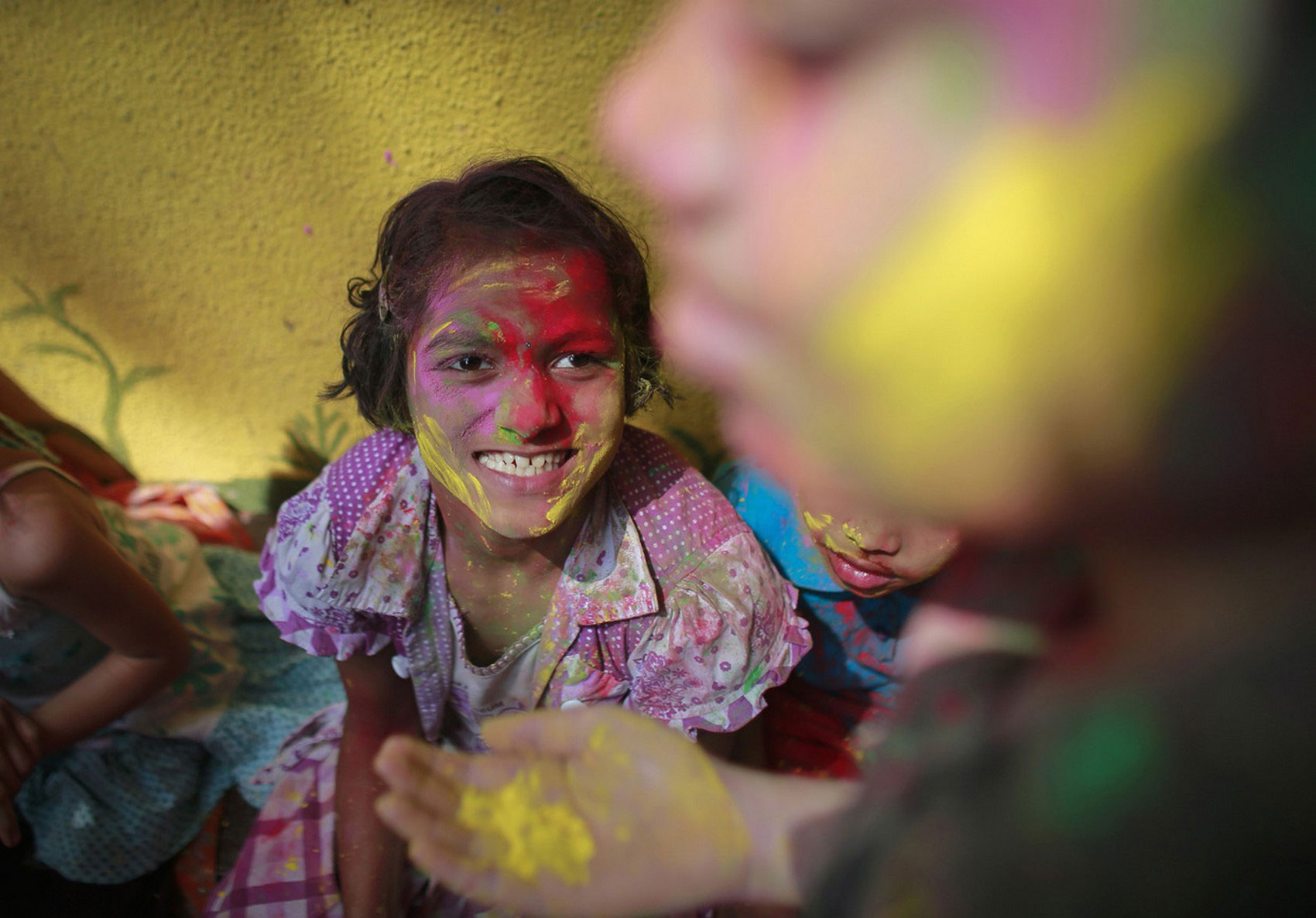 на празднике ярких красок в Индии