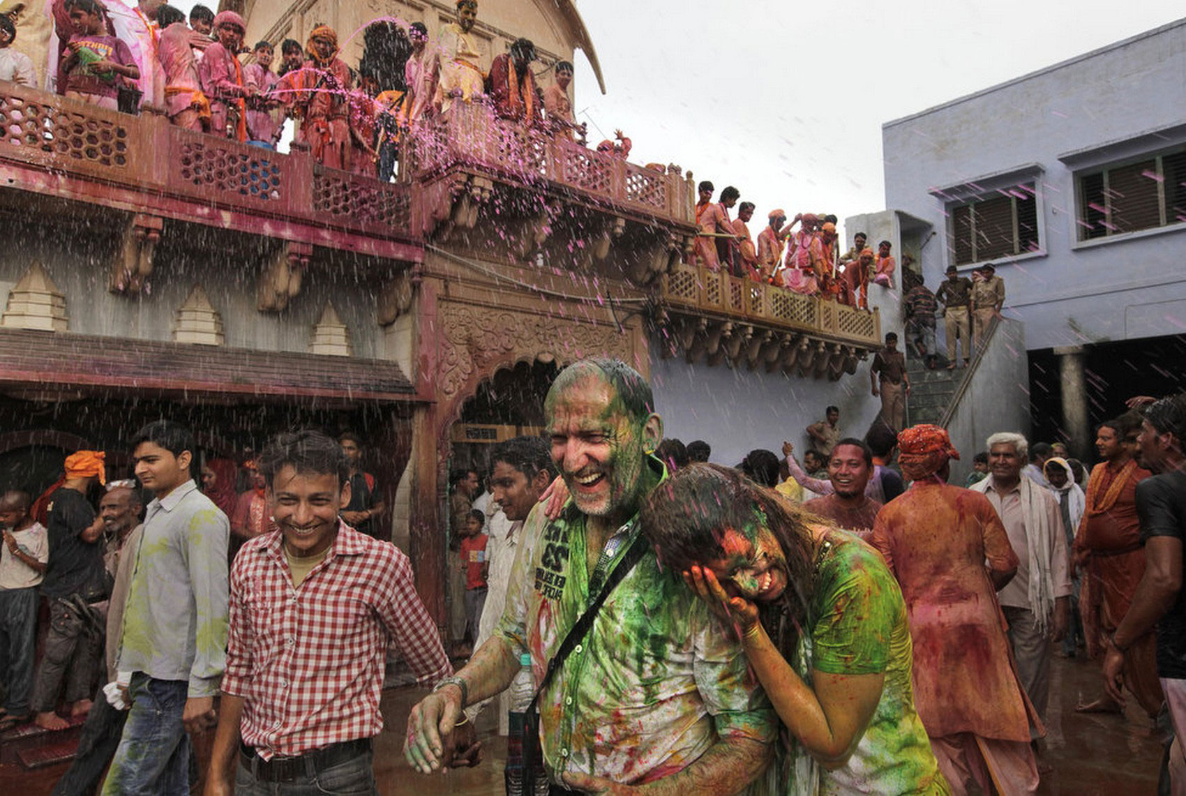 Обливание красками туристов во время Холи