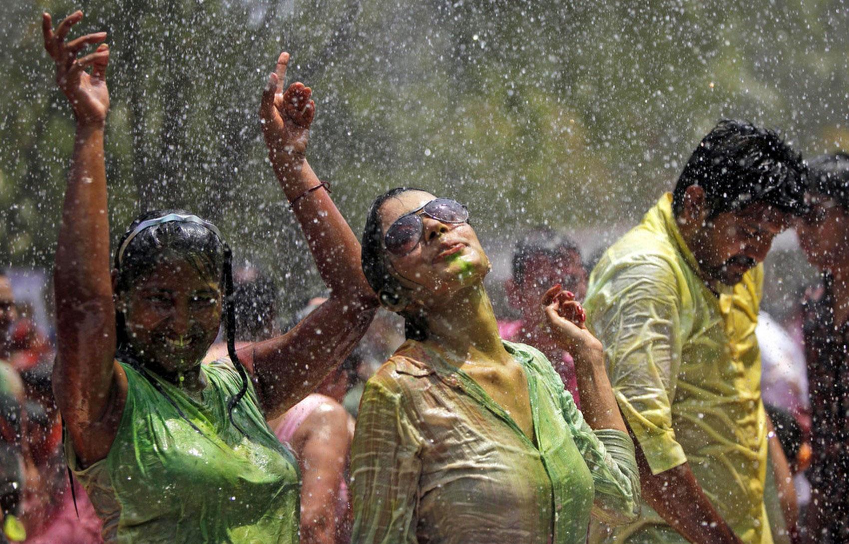 Танцы под искусственным дождем
