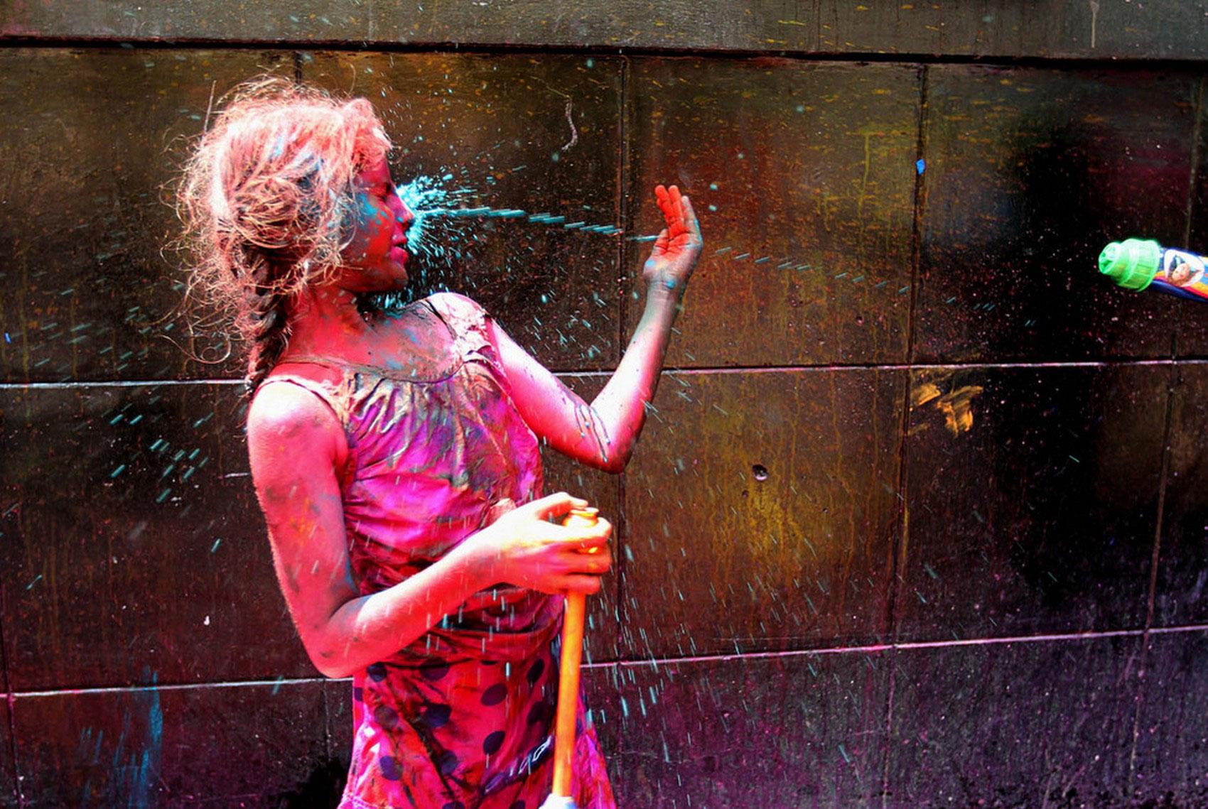 струя красок летит в человека