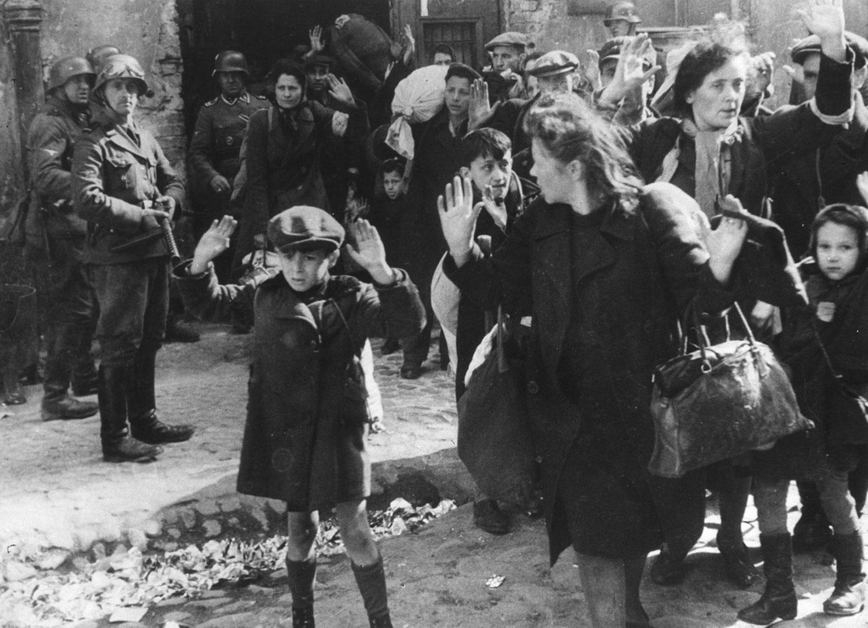 немецкие солдаты сопровождают группу евреев, фото второй мировой войны