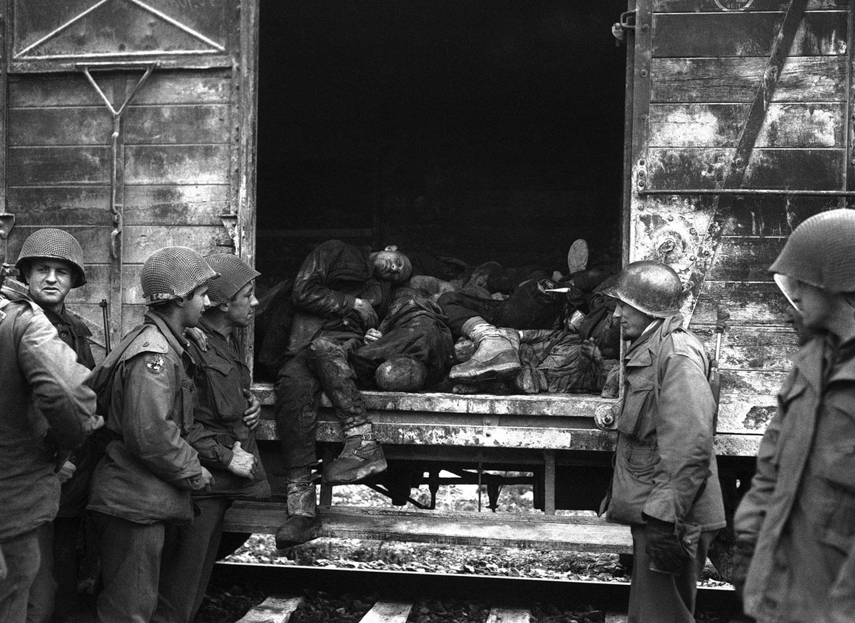 солдаты осматривают вагоны с телами умерших в концлагере Дахау, фото второй мировой войны
