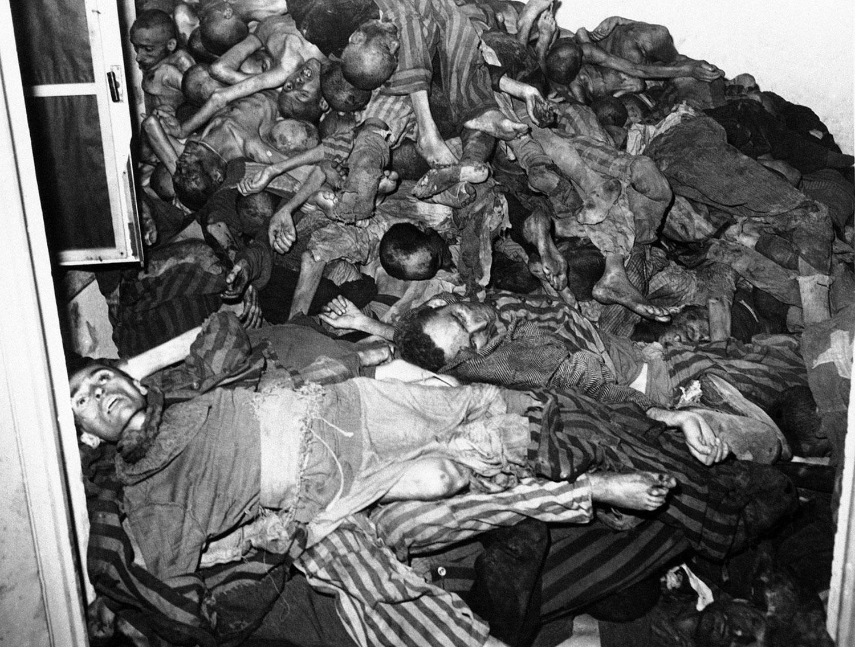 у стены крематория в немецком концлагере Дахау