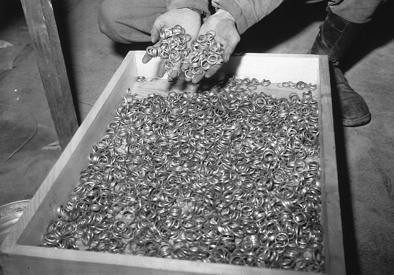 кольца изъятые у евреев нацистами, фото второй мировой войны