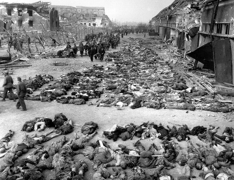 трупы за бараками в нацистском концлагере в Нордхаузене