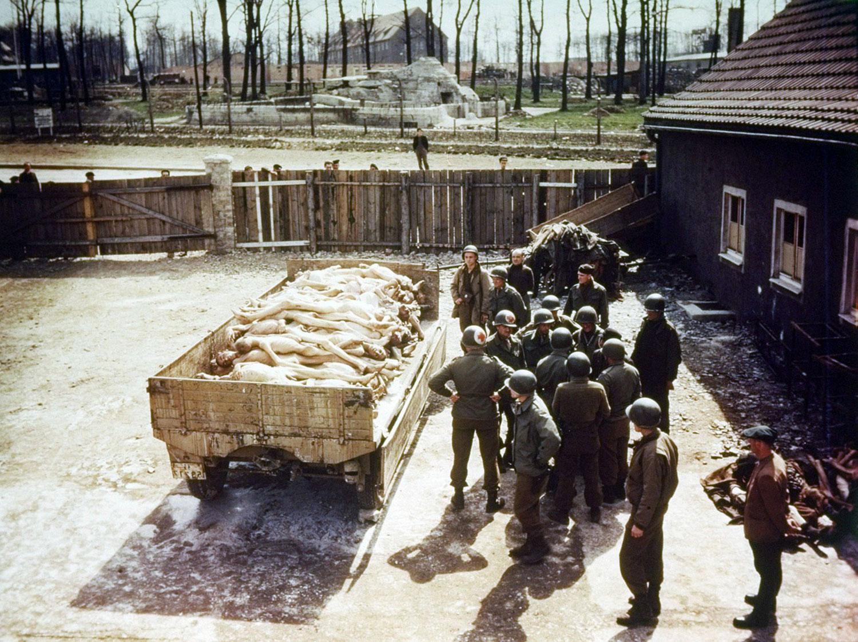 Солдаты-освободители на территории концлагеря Бухенвальд