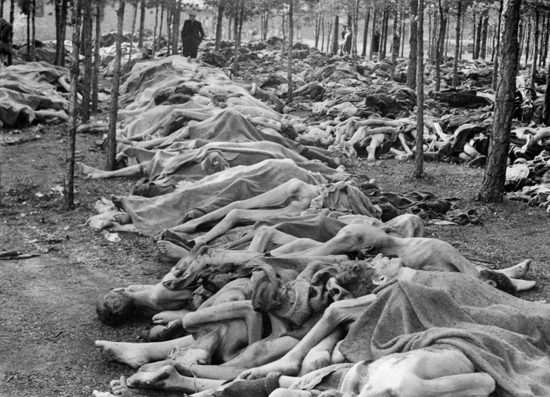 тела изможденных узников лежат на территории концлагеря, фото второй мировой войны