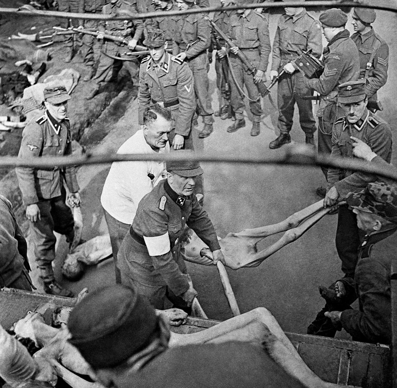 Эсэсовцы складывают в грузовик тела умерших, фото