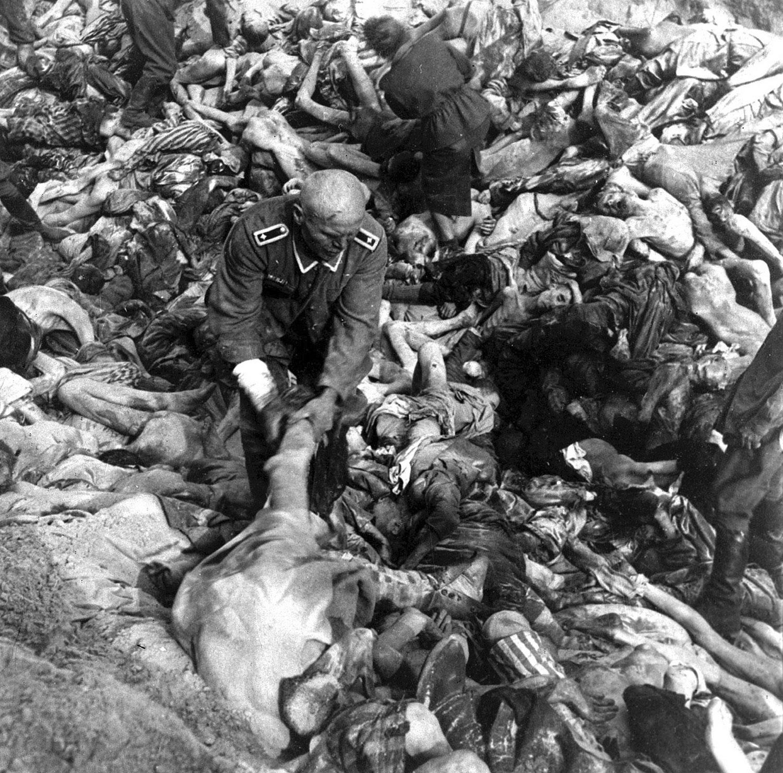 в братской могиле жертв концлагерей в Бельзене, фото