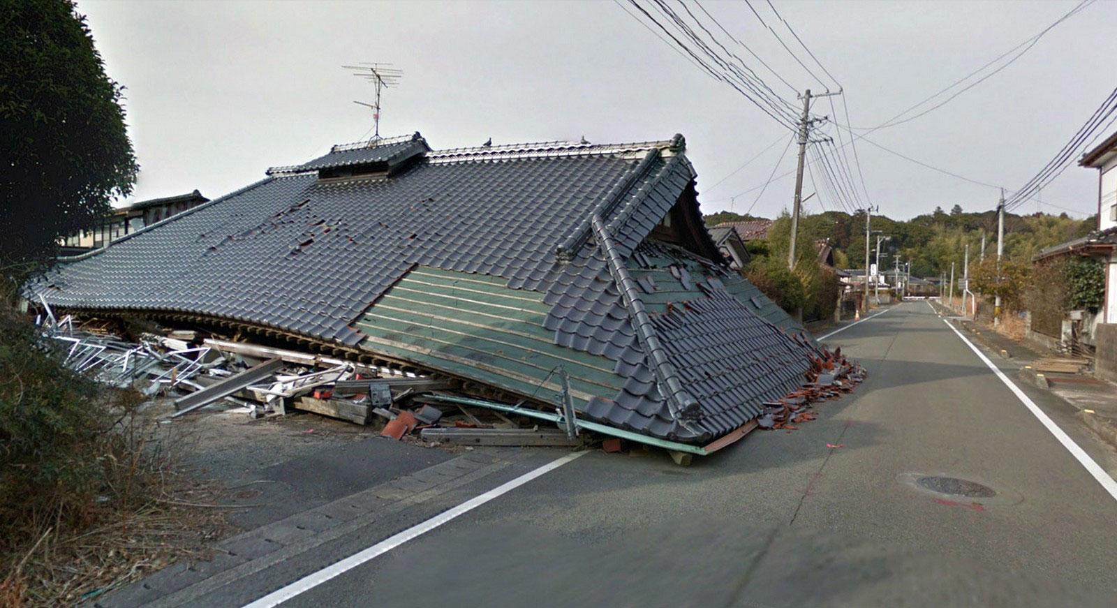 Крыши разрушенных домов, фото
