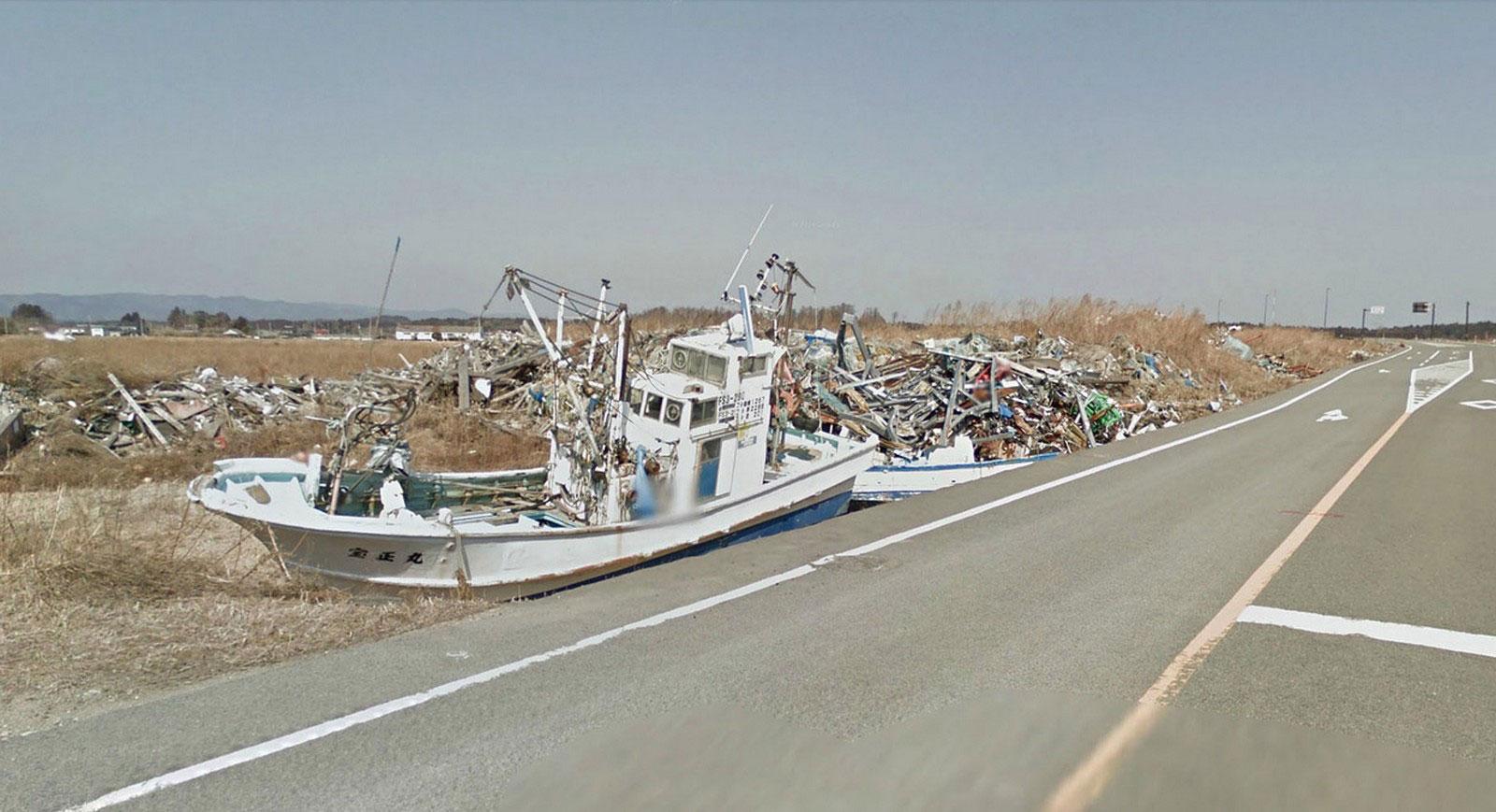 Рыбацкие лодки и горы мусора, фото Японии