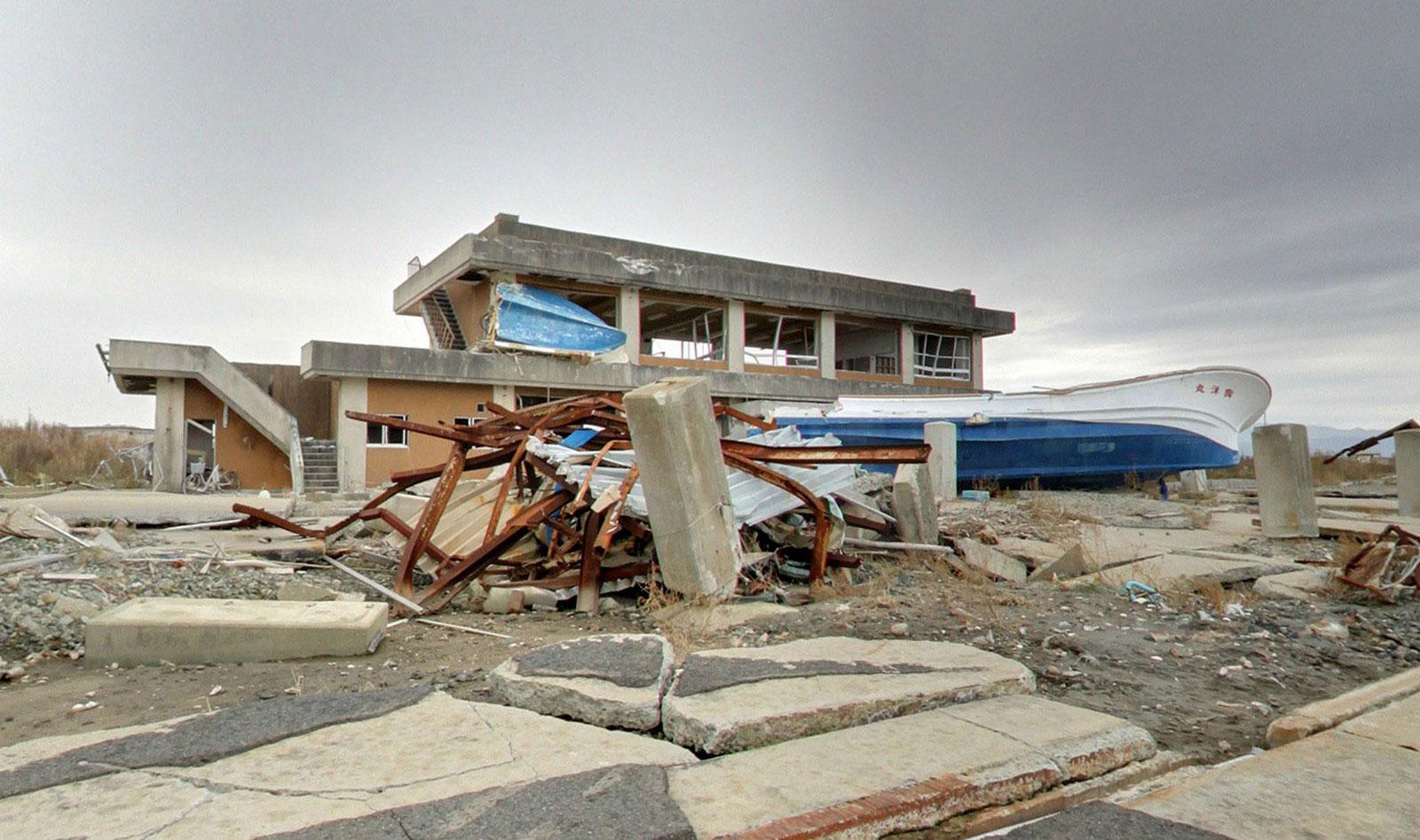 Разбитые лодки в гавани Японии