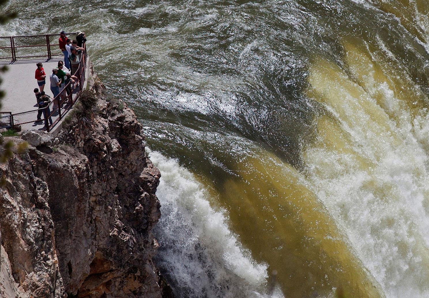 туристы на водопаде