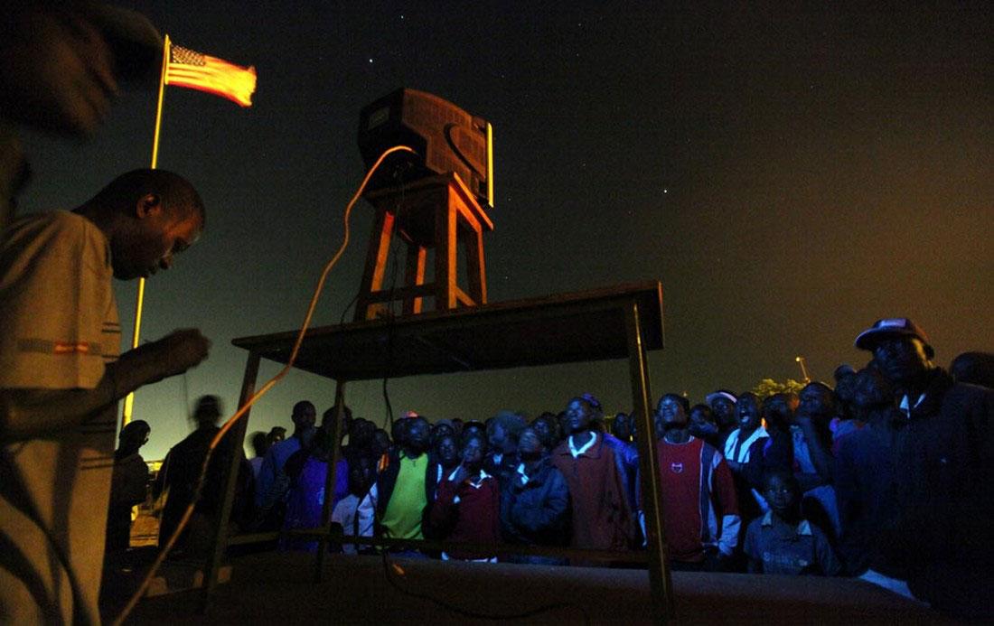 Кенийцы наблюдают за президентом, фото США