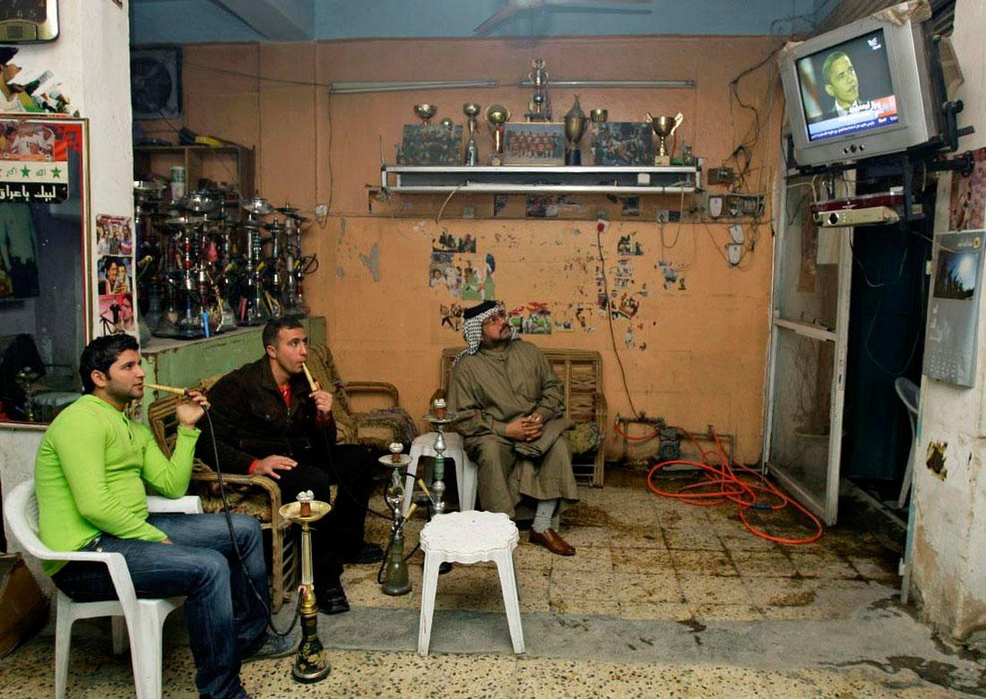 Иракцы смотрят телевизор, фото США