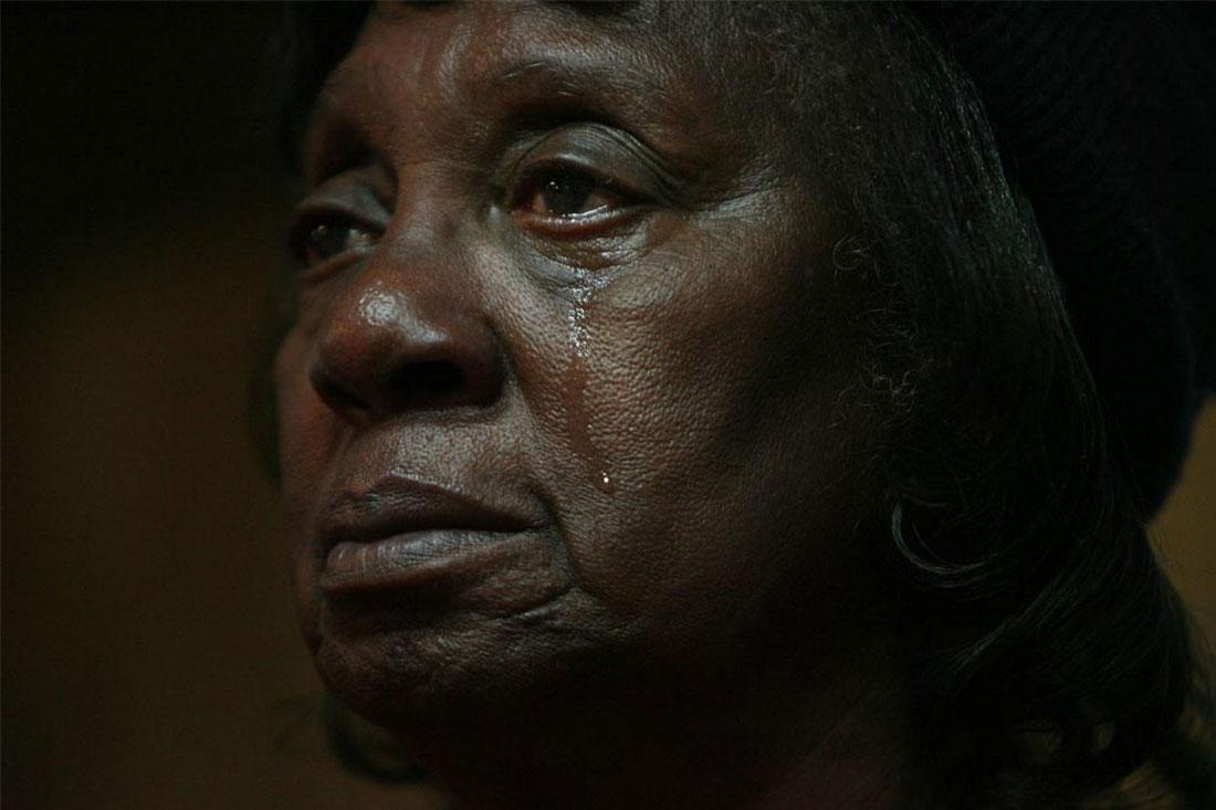 женщина плачет плачет после произнесенной речи Бараком Обамой, фото США
