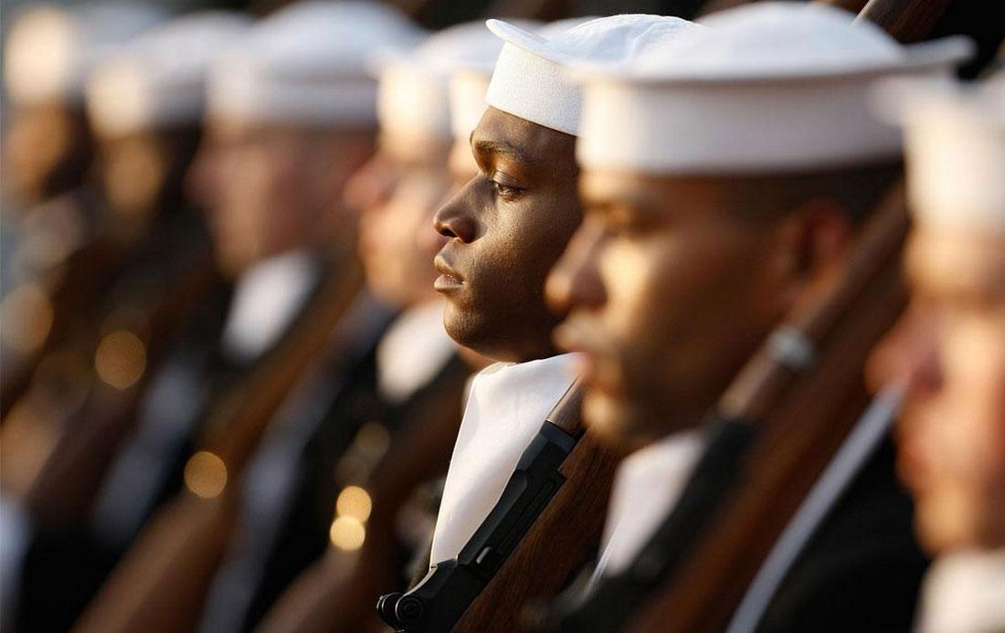Члены почетного караула ВМС, фото США