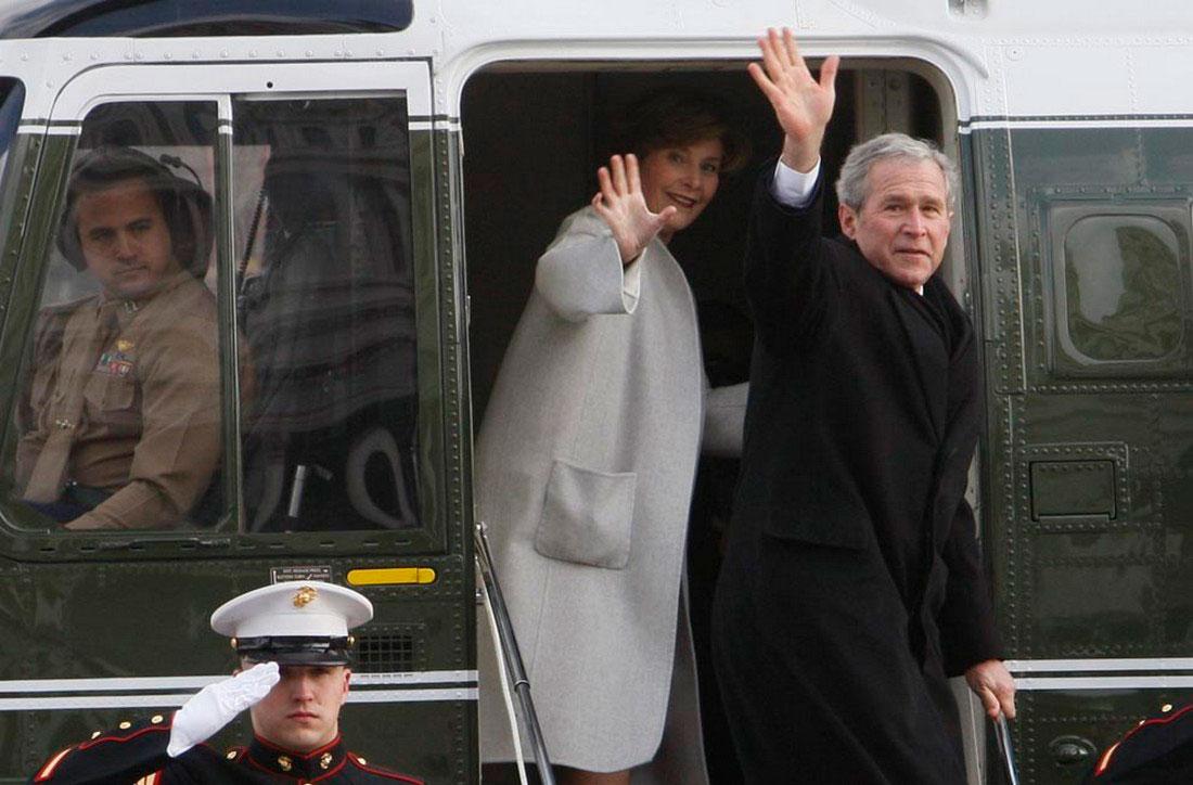Чета Бушей поднимается на борт вертолета, фото США