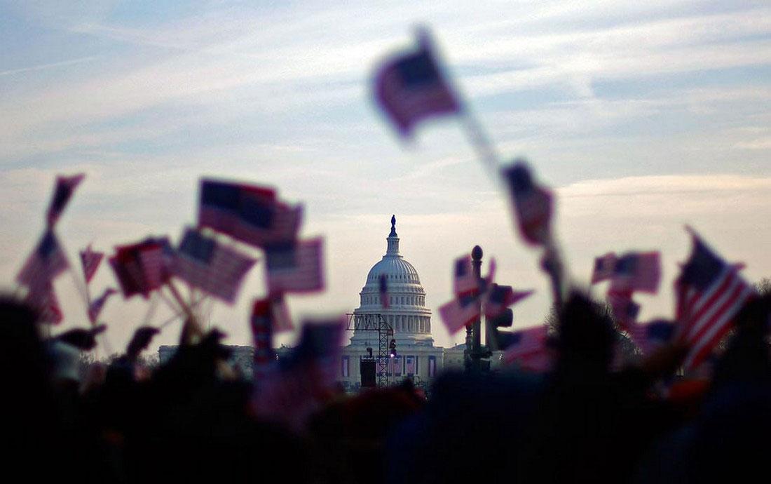Люди машут американскими флагами, фото США