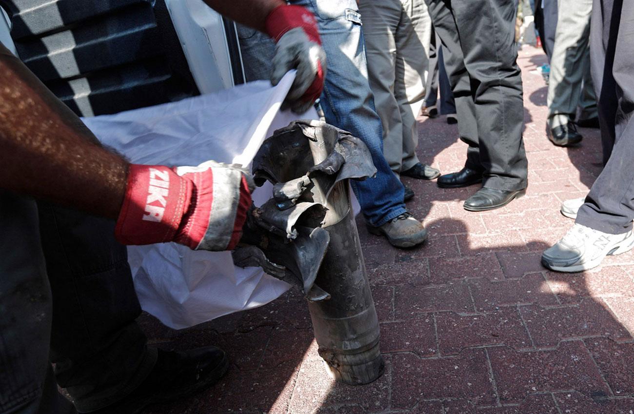 Израильский сапер собирает остатки боеприпасов