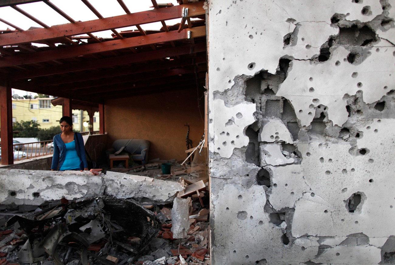 повреждения дома после попадания палестинской ракеты