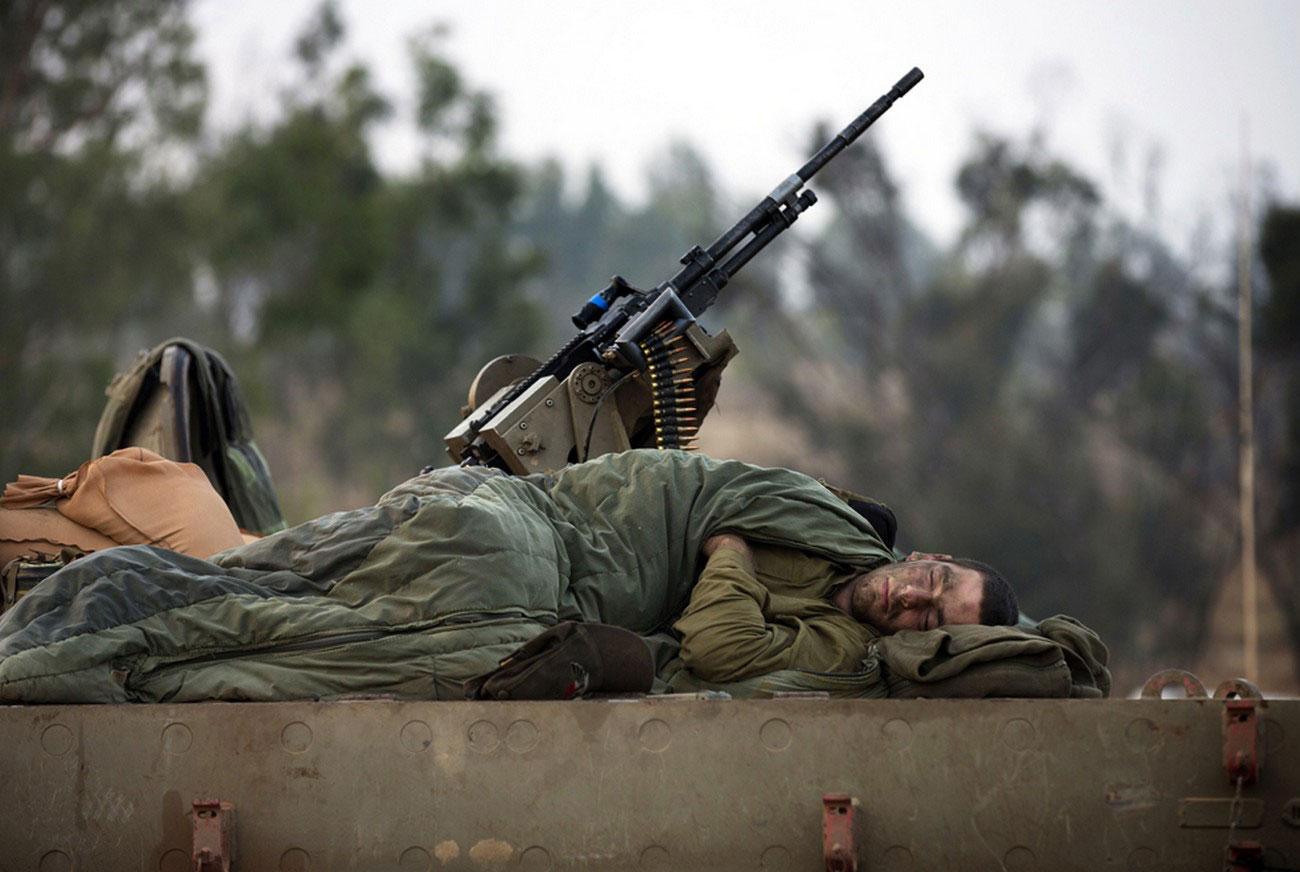 Солдат спит на границе с сектором Газа
