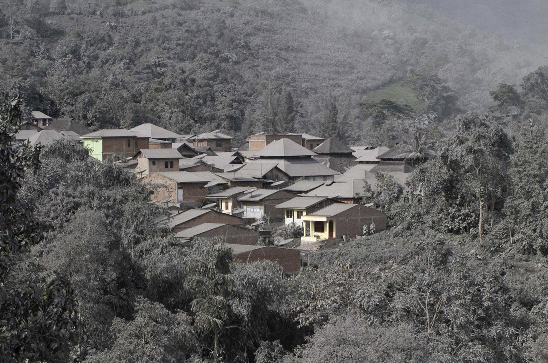 деревенька у подножия горы