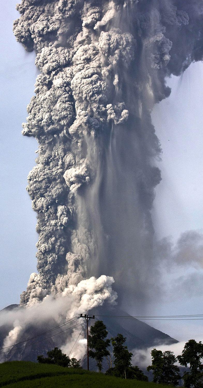 Столб горячего газа из кратера