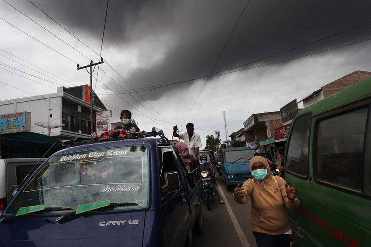люди убегают из деревни