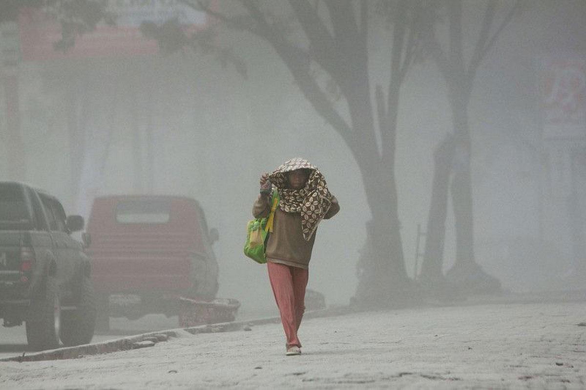 женщина на пыльной улице